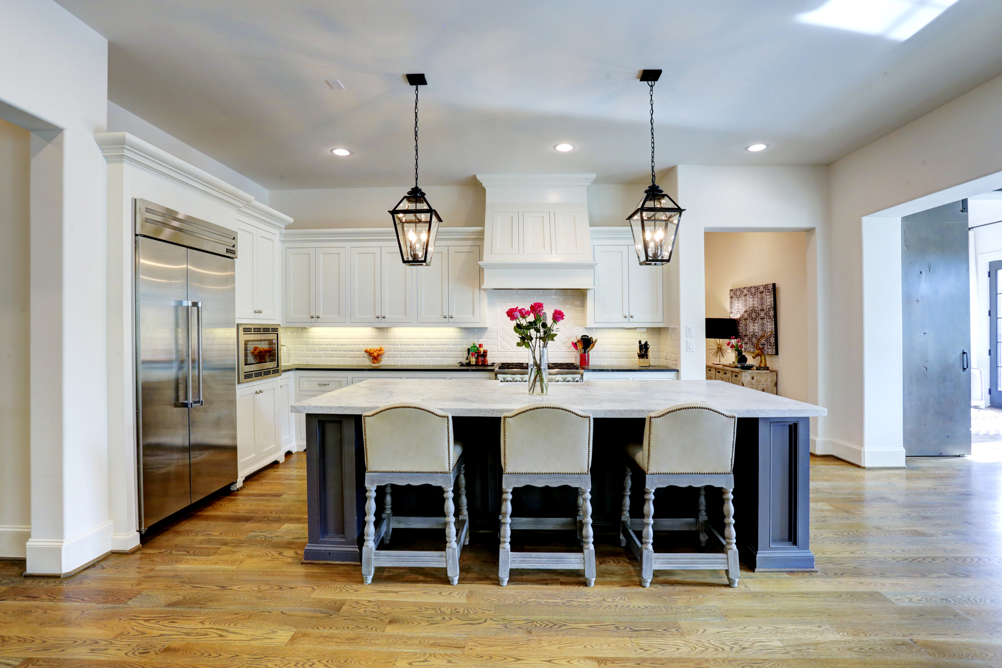 Transitional luxury home kitchen